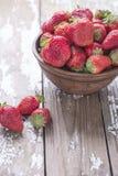 在白色老葡萄酒背景的红色成熟大草莓小组 图库摄影