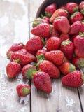 在白色老葡萄酒背景的红色成熟大草莓小组 免版税库存图片