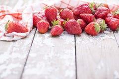 在白色老葡萄酒背景的红色成熟大草莓小组 库存照片