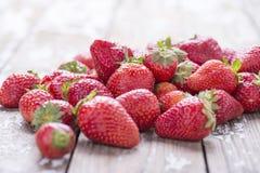 在白色老葡萄酒背景的红色成熟大草莓 免版税库存照片