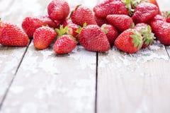 在白色老葡萄酒背景的红色成熟大草莓 库存图片