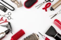 在白色背景、秀丽和理发概念隔绝的头发工具 免版税库存照片