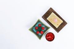 在白色背景、自然肥皂酒吧和玫瑰色蜡烛的温泉概念与玫瑰色香火 免版税库存图片