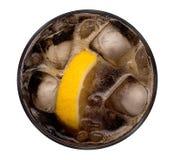 在白色背景与冰块和黄色柠檬的可乐切在玻璃顶视图隔绝的,道路 免版税库存照片