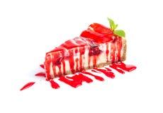 在白色背景与樱桃果酱冠上的隔绝蛋糕 免版税图库摄影