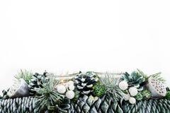 在白色背景与蜡烛背景影像的绿色圣诞装饰隔绝的 库存图片
