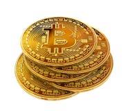 在白色背景与bitcoin标志的金黄硬币隔绝的 免版税库存图片