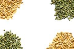 在白色背景中隔绝的黄色和绿色干豌豆 库存照片