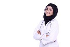 在白色背景中隔绝的Muslimah医生 库存图片