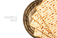 在白色背景为逾越节假日隔绝的葡萄酒板材的未发酵的面包 库存照片