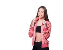 在白色背景体育样式的年轻微笑的健身女孩隔绝的 概念健康生活方式 免版税库存照片