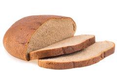 在白色背景保险开关隔绝的新鲜的切的黑麦面包大面包 图库摄影