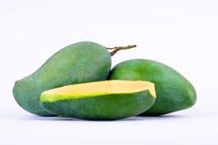 在白色背景健康果子食物的一个半芒果隔绝得紧密的新鲜的绿色芒果 图库摄影