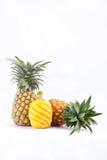 在白色背景健康菠萝果子食物的被剥皮的成熟菠萝 免版税库存照片