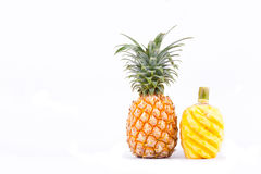 在白色背景健康菠萝果子食物的被剥皮的菠萝 库存照片