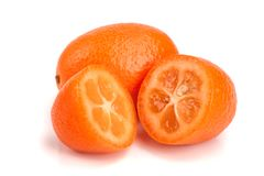 在白色背景关闭或金桔与一半隔绝的Cumquat  免版税库存图片