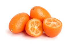 在白色背景关闭或金桔与一半隔绝的Cumquat  库存图片