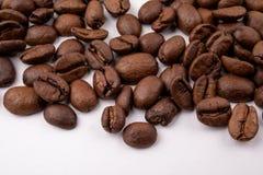 在白色背景关闭的咖啡豆 库存图片