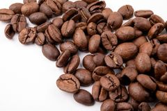 在白色背景关闭的咖啡豆 免版税图库摄影