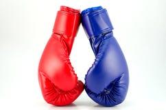 在白色背景关闭的拳击手套 免版税库存照片