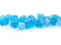 在白色背景关闭隔绝的蓝色被定调子的石英宝石  免版税库存图片