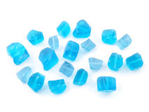 在白色背景关闭隔绝的蓝色被定调子的石英宝石  库存图片