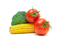 在白色背景关闭u和硬花甘蓝隔绝的蕃茄、玉米 图库摄影