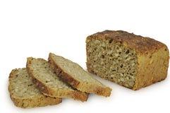 在白色背景切隔绝的黑麦面包 库存照片