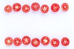 在白色背景削减了一半隔绝的新鲜的蕃茄 免版税库存照片