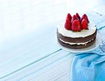 在白色背景前面的草莓Mascarpone蛋糕 免版税库存照片