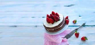 在白色背景前面的草莓Mascarpone蛋糕 免版税库存图片