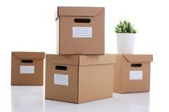 在白色背景卡拉服特颜色隔绝的很多纸盒箱子 免版税图库摄影