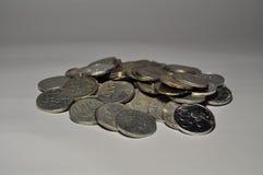在白色背景印度尼西亚硬币隔绝的堆 免版税库存照片