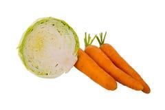 在白色背景和一半圆白菜隔绝的三个红萝卜 免版税图库摄影