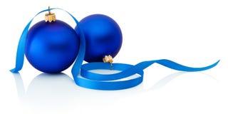 在白色背景和丝带隔绝的两条蓝色圣诞节球 库存照片