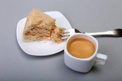 在白色背景和传统浓咖啡咖啡的自创拿破仑吹蛋糕隔绝的板材 特写镜头 免版税图库摄影