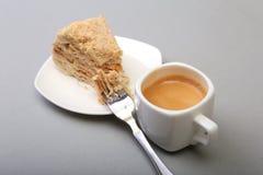 在白色背景和传统浓咖啡咖啡的自创拿破仑吹蛋糕隔绝的板材 特写镜头 免版税库存图片