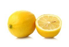 在白色背景和切片隔绝的柠檬 免版税库存照片