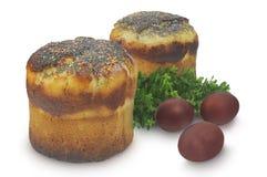 在白色背景和加州桂隔绝的两复活节蛋糕、鸡蛋 免版税库存照片