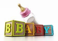 在白色背景和哺乳瓶隔绝的婴孩立方体 3d例证 库存照片