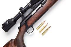 在白色背景和弹药隔绝的狩猎步枪 图库摄影