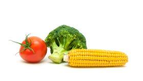 在白色背景和成熟蕃茄隔绝的玉米、硬花甘蓝 图库摄影