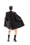 敷金属纸条佩带的外套和打手势的全长画象 免版税库存照片