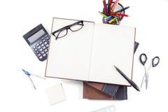在白色背景和文具设置的书 免版税库存照片