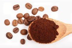 在白色背景和木匙子隔绝的堆搽粉的,速溶咖啡、豆,顶视图 图库摄影