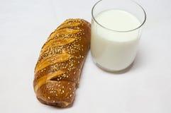 在白色背景和杯牛奶隔绝的卷、酥皮点心 免版税库存照片