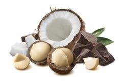 在白色背景和椰子隔绝的马卡达姆坚果、巧克力 库存图片
