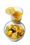 在白色背景和橙汁隔绝的水果沙拉 图库摄影