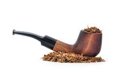 在白色背景和烟草隔绝的烟斗 免版税库存照片
