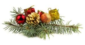 在白色背景和玩具隔绝的圣诞节礼物 免版税库存照片